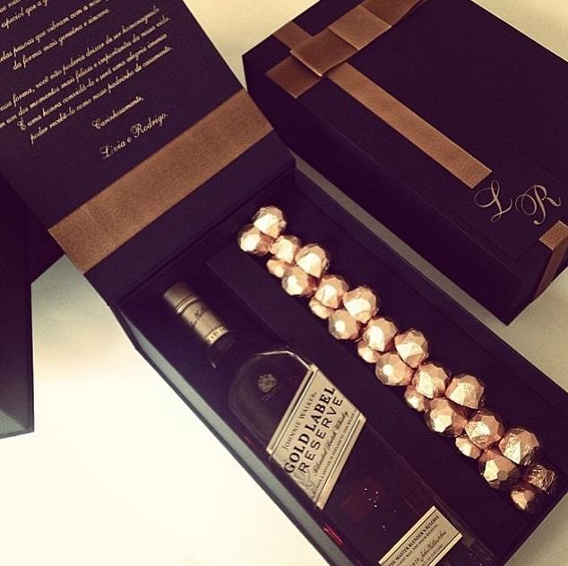 Caixa Cartonada Personalizada Whisky E Bombons Para Patrinhos Cx16
